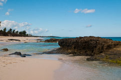 Вода и утесы на пляже Стоковые Изображения