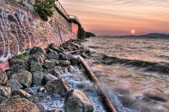 Надпись на стенах на стене около океана с волнами Стоковая Фотография