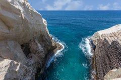 Волны и скала на запасе Rosh Hanikra Стоковые Фотографии RF