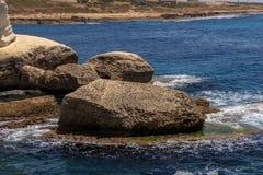 Волны и скала на запасе Rosh Hanikra Стоковое Изображение