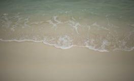 Волны, который побежали на песке, тропики Стоковое Фото