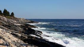Волны колотя Мейн CoastlineWaves колотя береговую линию Мейна видеоматериал