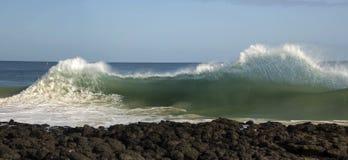 Волны колотя на базальте трясут на пляже Bunbury западной Австралии океана Стоковая Фотография