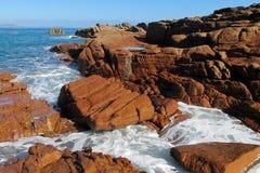 Волны моря и красивые утесы побережья Стоковые Изображения