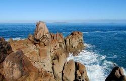 Волны моря и красивые утесы побережья Стоковое фото RF