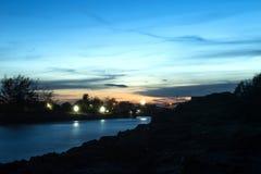 Волны моря касаясь вечеру песчаного пляжа Стоковая Фотография RF