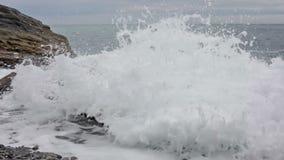 Волны моря ломают о побережье, Laguria, Италии акции видеоматериалы