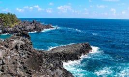 Волны моря разбивая на скалах Стоковая Фотография RF