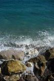 Волны моря ударили каменистый seashore Стоковая Фотография RF