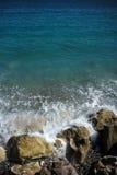 Волны моря ударили каменистый seashore Стоковые Фотографии RF