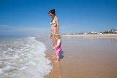 Волны младенца и матери ждать Стоковая Фотография RF