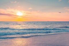 Волны на заходе солнца на теплом вечере стоковое изображение