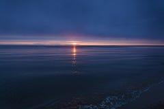 Волны на заходе солнца Стоковые Изображения RF