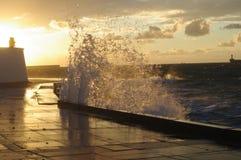Волны на обваловке в вечере Стоковая Фотография