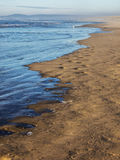 Волны на песчаном пляже Стоковые Фотографии RF