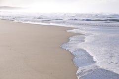 Волны на пляже в солнечном свете Стоковые Фотографии RF