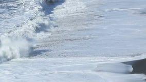 Волны на пляже отработанной формовочной смеси плавают вдоль побережья в Vik, Исландии видеоматериал