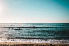Волны на пляже скал захода солнца, Сан-Диего, Калифорнии стоковые фото