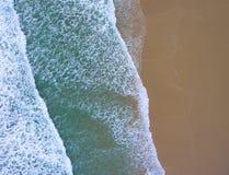 Волны на пляже увиденном сверху стоковое фото rf