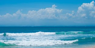 Волны на пляже Balangan, Бали, Индонезии Апрель 2014 Стоковые Фото