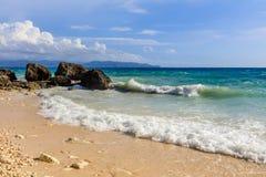 Волны на пляже Diniwid, острове Boracay, Филиппинах Стоковое Изображение