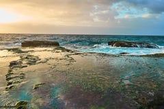 Волны на утесах на восходе солнца Стоковое фото RF