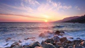 Волны ломают о больших камнях около seashore акции видеоматериалы