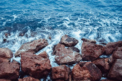 Волны ломают утесы Стоковые Фото