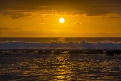 Волны ломая на барьере коралла на заходе солнца стоковые изображения rf