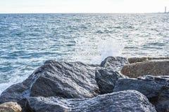 Волны ломая на береге с морем пенятся Стоковая Фотография