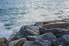 Волны ломая на береге с морем пенятся Стоковые Фотографии RF