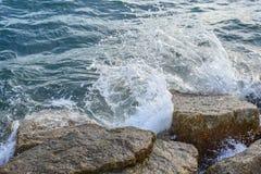 Волны ломая на береге с морем пенятся Стоковое фото RF