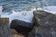 Волны ломая на береге с морем пенятся Стоковое Изображение