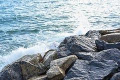 Волны ломая на береге с морем пенятся Стоковая Фотография RF