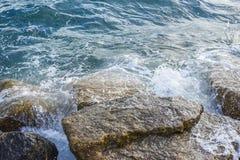 Волны ломая на береге с морем пенятся Стоковое Изображение RF