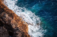 Волны ломая на береге трясут с пеной моря стоковое фото