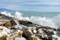 Волны ломая на скале Стоковая Фотография RF
