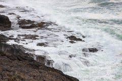 Волны ломая на скалистом пляже Стоковое фото RF