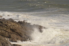 Волны ломая над утесами близко бормочут, Уэльс, Великобритания Стоковая Фотография RF