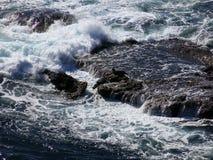 Волны ломая над утесами Стоковая Фотография