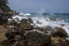 Волны ломая на утесах стоковое изображение rf