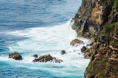 Волны ломая на утесах Uluwatu Бали, Индонезия Стоковое Фото