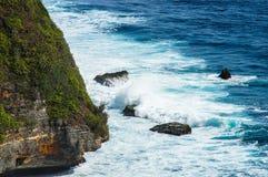 Волны ломая на утесах Uluwatu Бали, Индонезия Стоковые Изображения