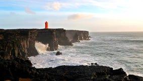 Волны ломая на черных утесах в Исландии акции видеоматериалы
