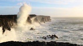 Волны ломая на черных утесах в Исландии видеоматериал