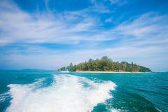 Волны от быстроходного катера во время перемещения на острове Стоковая Фотография