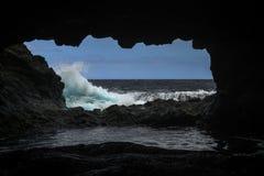 Волны перед пещерой побережья Стоковая Фотография RF