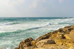 Волны подпаливания Средиземного моря против каменистого берега Стоковые Изображения RF