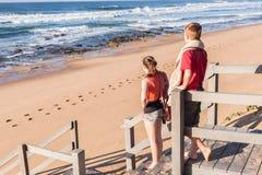 Волны пляжа лестниц девушки мальчика Стоковое фото RF