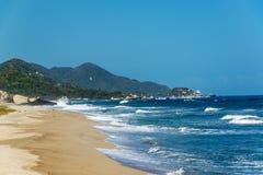 Волны пляжа и сини Стоковое Изображение